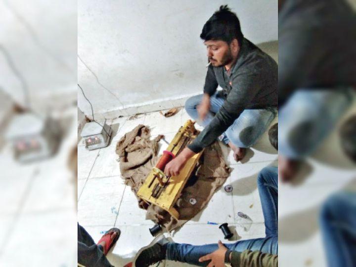 पत्ती बाजार स्थित दुकान के दूसरे कमरे में नायलाेन की डाेर इस तरह भरी जा रही थी। - Dainik Bhaskar