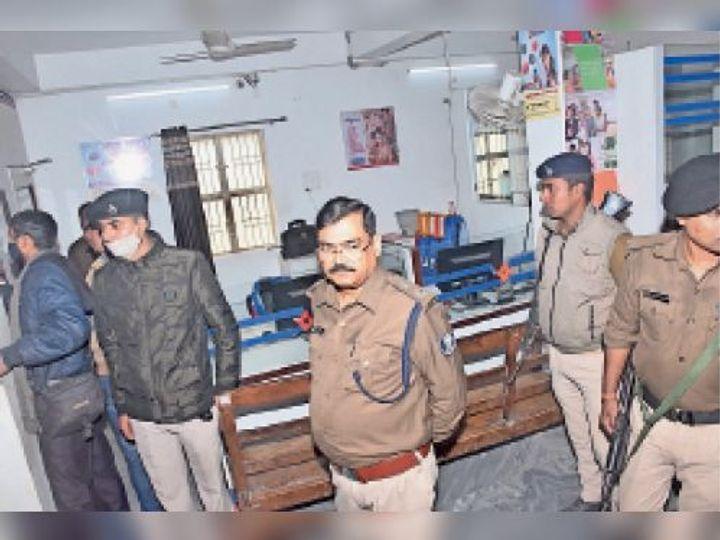 गरहां चौक स्थित सेंट्रल बैंक में लूट के बाद तहकीकात करती पुलिस। - Dainik Bhaskar