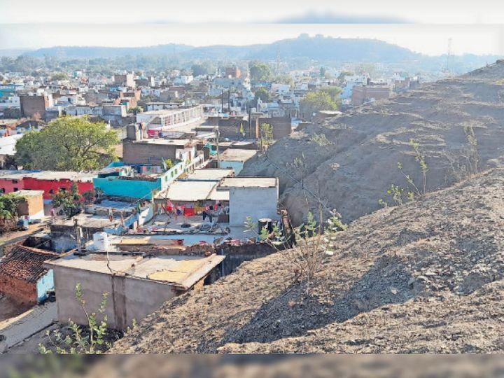 नाैगजा पहाड़ी का आधा हिस्सा अतिक्रमण की चपेट में - Dainik Bhaskar