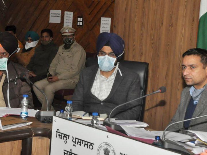 जिला प्रशासकीय कांप्लेक्स में कोविड वैक्सीनेशन की तैयारियों का जायजा लेने के लिए बैठक को संंबोधित करते DC घनश्याम थोरी। - Dainik Bhaskar