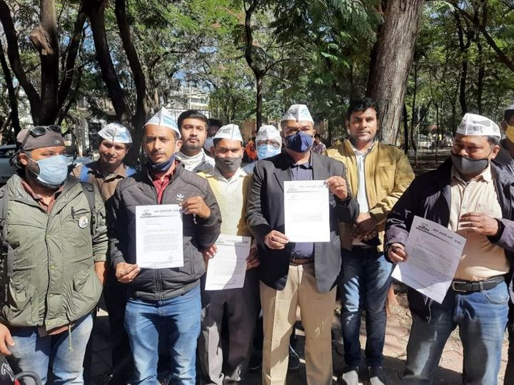 आम आदमी पार्टी के जिला अध्यक्ष पीयूष जोशी के नेतृत्व में कार्यकर्ताओं ने आईजी को ज्ञापन सौंपा। - Dainik Bhaskar