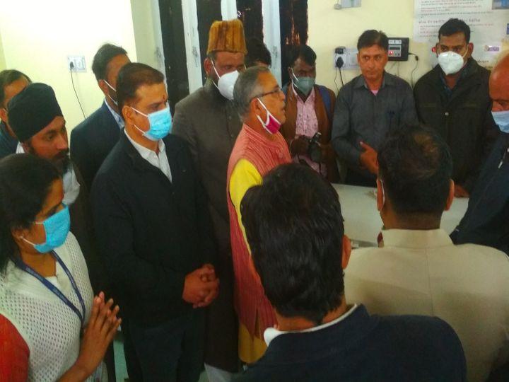 वैक्सीन की अलग-अलग धर्म से पूजा करवाते सीएमएचओ - Dainik Bhaskar