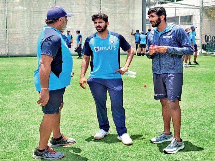 भारतीय टीम के गेंदबाजी कोच भरत अरुण के साथ पेसर शार्दूल ठाकुर और जसप्रीत बुमराह। - Dainik Bhaskar