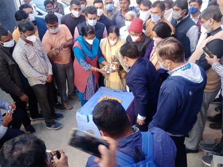 कोरोना वैक्सीन के जोधपुर पहुंचने पर पूजा करती शहर विधायक मनीषा पंवार। - Dainik Bhaskar