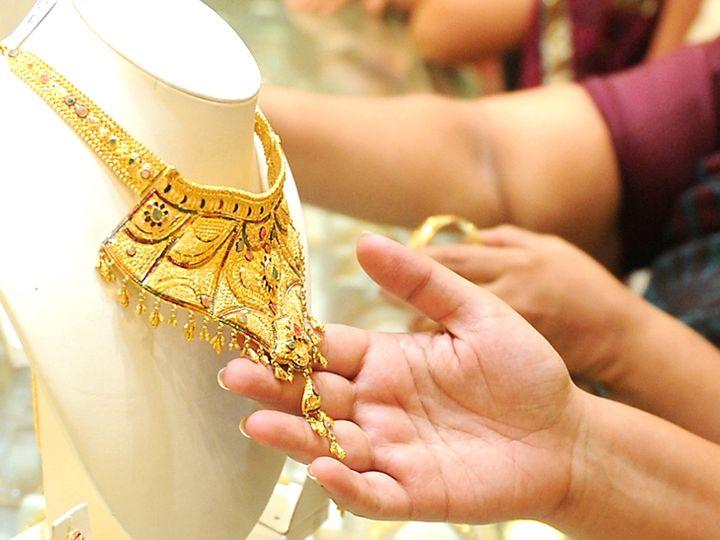 फरवरी में डिलीवर होने वाले सोने की कीमत 445 रुपए या 0.9 प्रतिशत की गिरावट के साथ 48,860 रुपए प्रति 10 ग्राम हो गई - Dainik Bhaskar