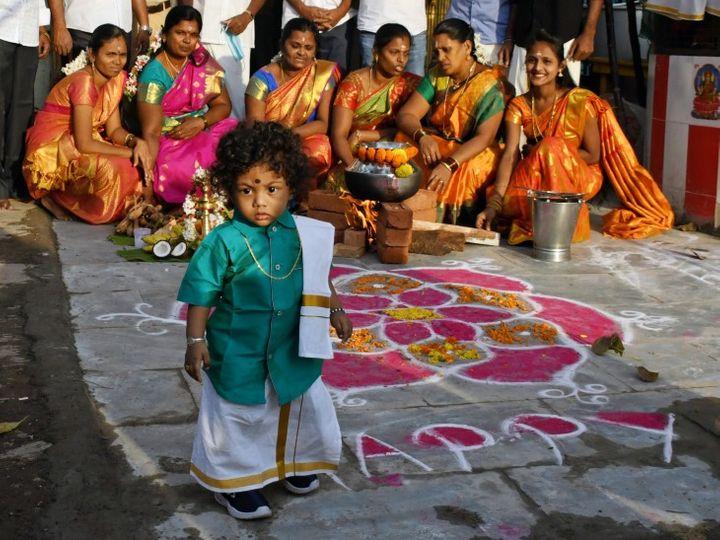 कोरोना संक्रमण का डर धीरे-धीरे लोगों में खत्म हो रहा है। इसकी एक झलक मुंबई के धारावी में देखने को मिली। यहां महिलाओं ने एक साथ बैठकर पोंगल सेलिब्रेट किया। - Dainik Bhaskar