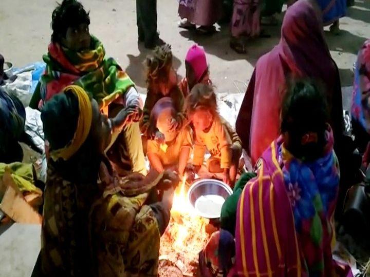 शहर में चौराहों, गलियों, गंगा घाटों पर लोग ठंड से बचने के लिएअलाव का सहारा ले रहे है। - Dainik Bhaskar