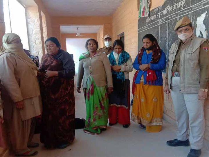 चोरी के मामले में गिरफ्तार महिलाएं। - Dainik Bhaskar