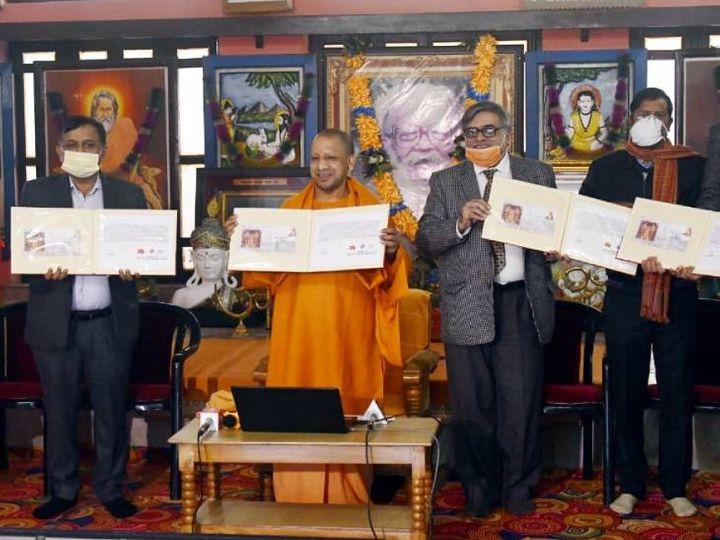 गोरक्षनाथ मंदिर में आयोजित खिचड़ी मेले पर डाक टिकट जारी करते मुख्यमंत्री योगी आदित्यनाथ। - Dainik Bhaskar