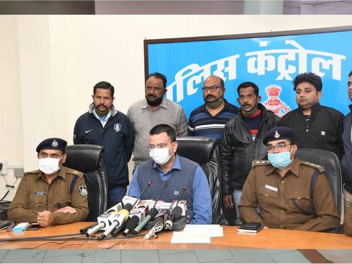 तीन महीने पहले शहर में हुई सीरियल लूट का खुलासा करते हुए एसपी सिद्धार्थ बहुगुणा - Dainik Bhaskar