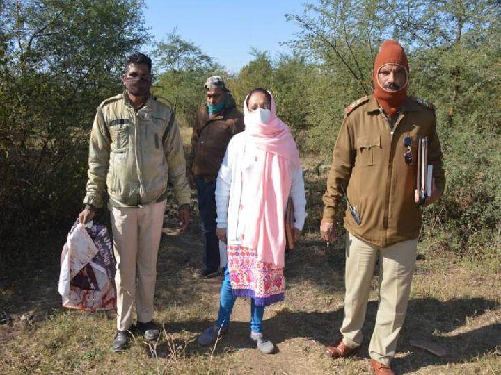 घटनास्थल से खून से सना फ्लैक्स जब्त कर लौट रही गोराबाजार पुलिस - Dainik Bhaskar