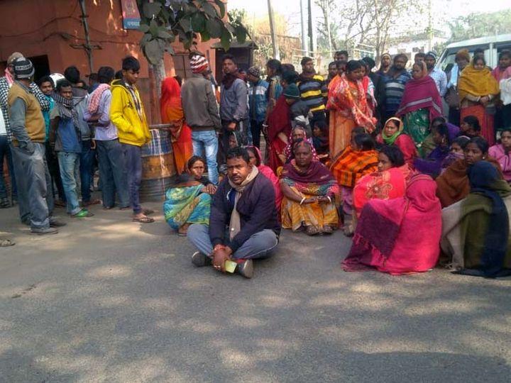 आरोपियों की गिरफ्तारी की मांग पर सड़क जाम करते लोग। - Dainik Bhaskar