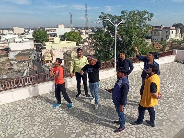 निम्बी जोधा। क्षेत्र में लोगों ने दिनभर पतंग उड़ाई। एक घर की छत पर पतंग उड़ाते युवा। - Dainik Bhaskar