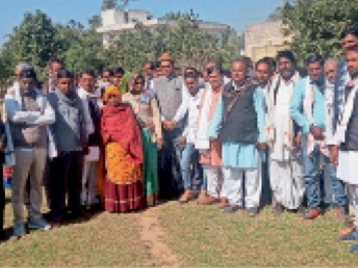 करौली| सरकार द्वारा पीडी खाते खोलने का विरोध करते जिले के सरपंच और उनके प्रतिनिधि। - Dainik Bhaskar