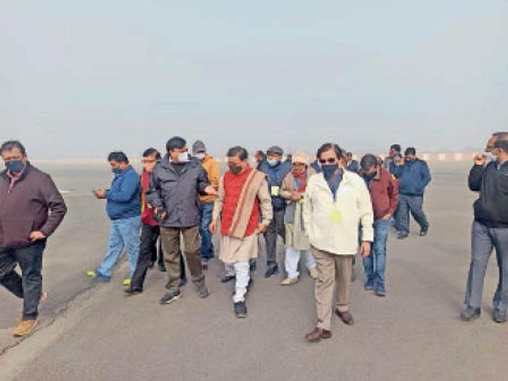 हिसार | विधायक डाॅ. कमल गुप्ता के साथ मोर्निंग वॉक क्लब के सदस्यों ने निर्माणाधीन अंतरराष्ट्रीय हवाई अड्डे का भ्रमण किया। - Dainik Bhaskar