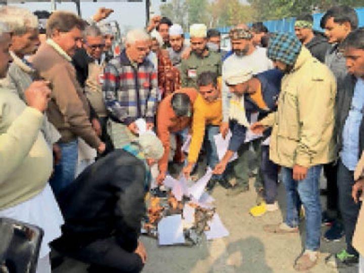 पानीपत. टाेल प्लाजा पर किसानाें ने तीन कानूनाें की काॅपी काे आग के हवाले किया। फोटो   भास्कर - Dainik Bhaskar