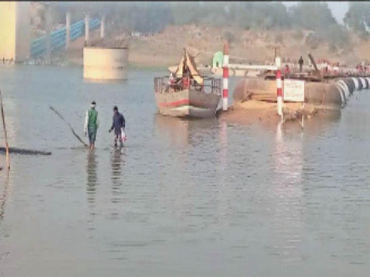 बीच नदी से होकर पुल तक पहुंच रहे पैदल यात्री। - Dainik Bhaskar