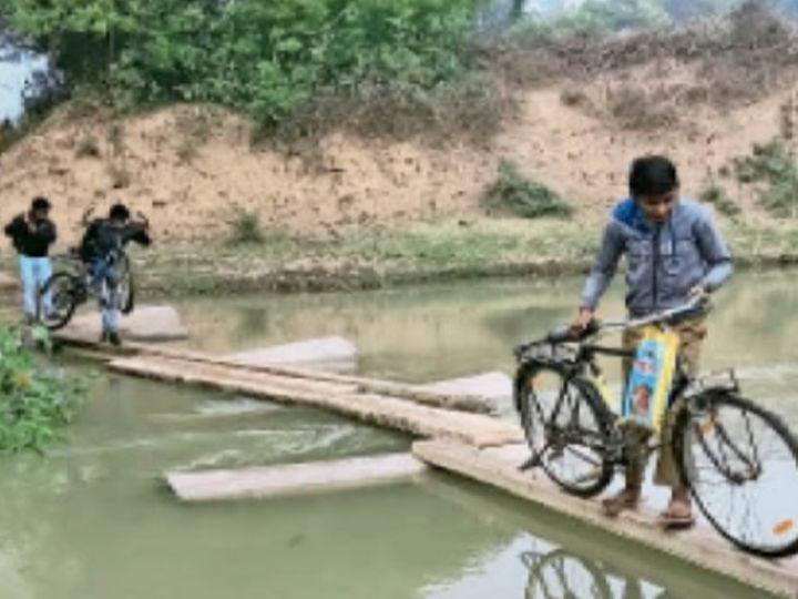 जान खतरे में डाल नदी पार करते लोग - Dainik Bhaskar