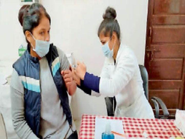ड्राय रन के दौरान वैक्सीन लगाने की रिहर्सल करती स्वास्थ्यकर्मी। - Dainik Bhaskar
