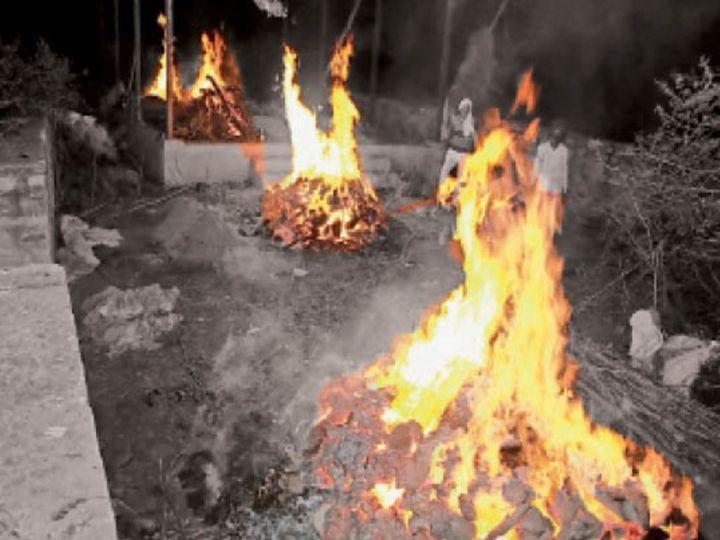 मानपुर गांव में बुधवार की शाम चार चिताएं पहुंची तो जगह कम पड़ गई। पास-पास ही अंतिम संस्कार किया गया। - Dainik Bhaskar