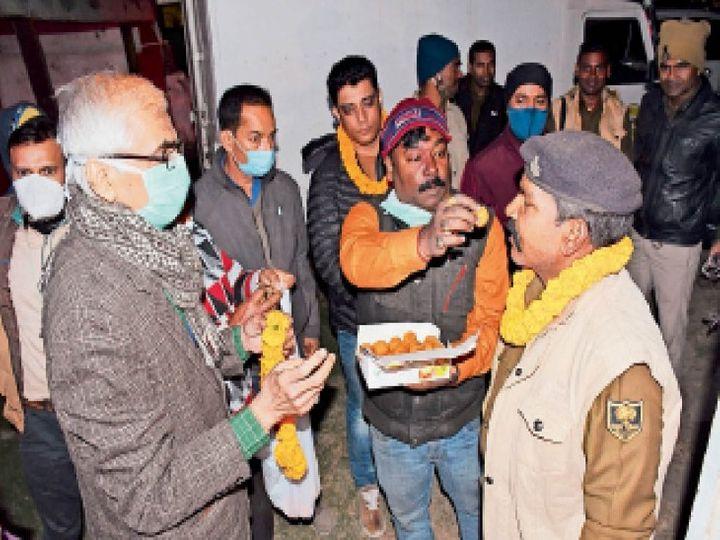 कोरोना वैक्सीन लेकर सदर अस्पताल पहुंचे लोगों का माला पहना कर स्वागत किया गया। - Dainik Bhaskar