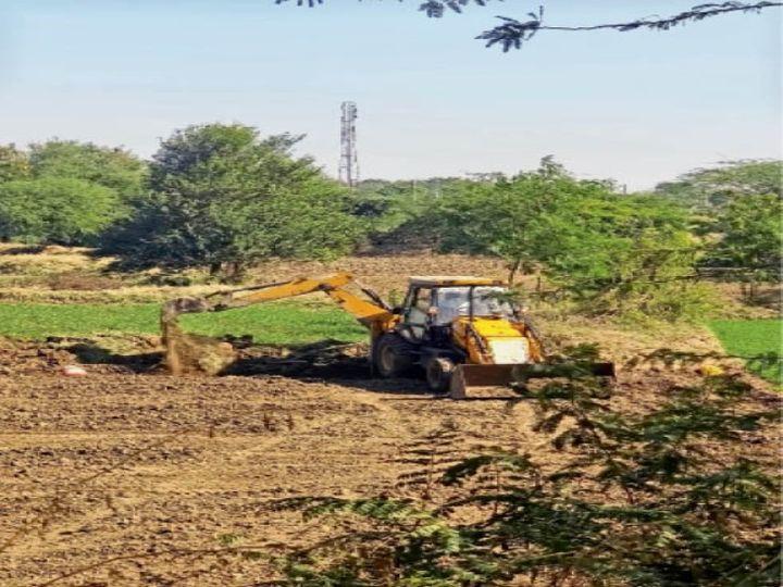 सरकारी जमीन पर खड़ी फसल को नष्ट करता प्रशासनिक अमला। - Dainik Bhaskar