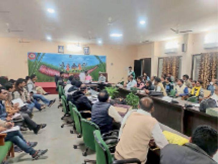 हरदा। बैठक में अभियान काे लेकर जानकारी देते हुए जिपं सीईओ। - Dainik Bhaskar