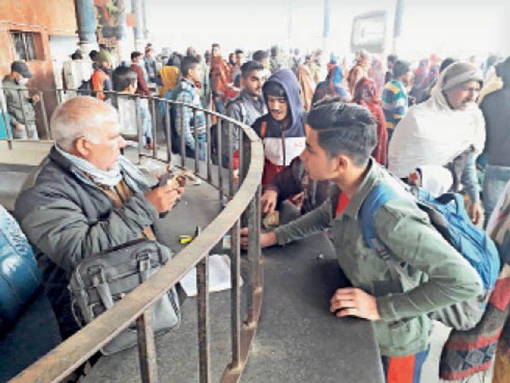 जींद. बस स्टैंड परिसर में टिकट काउंटर से टिकट लेते यात्री। - Dainik Bhaskar