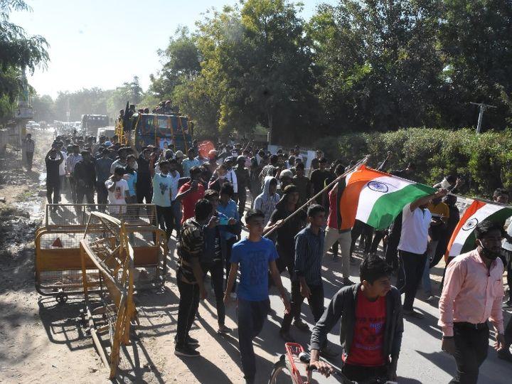 भारी भीड़ के जयकारों के बीच डिगाड़ी में सैन्य सम्मान से कैप्टन अंकित का अंतिम संस्कार किया गया। - Dainik Bhaskar