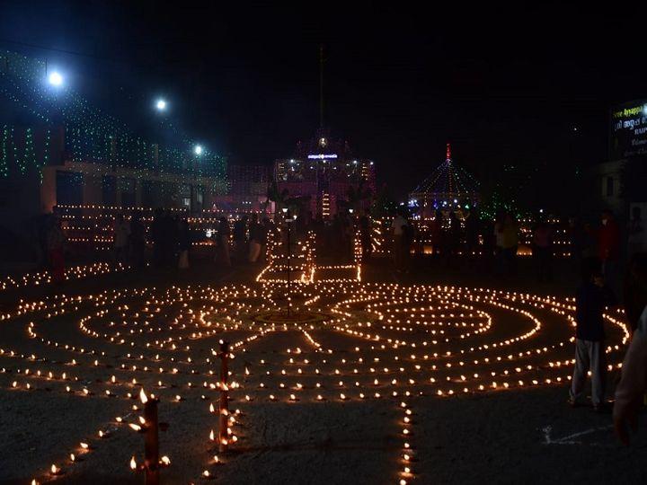 केरला समाज प्रत्येक मरक संक्रांति पर लक्षदीप महोत्सव आयोजित करता है। दीपों को परिसर में सजाने के लिए खास तौर पर दीपाधार बनाए गए हैं। - Dainik Bhaskar