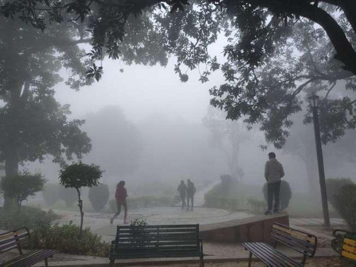 यूपी की राजधानी लखनऊ समेत यूपी के अधिकांश जिलों में शीतलहर का प्रकोप जारी है। मौसम विभाग के अनुसार राज्य के अलग अलग हिस्सों में अगले कुछ दिनों तक कोहरे का असर दिखाई देगा। - Dainik Bhaskar