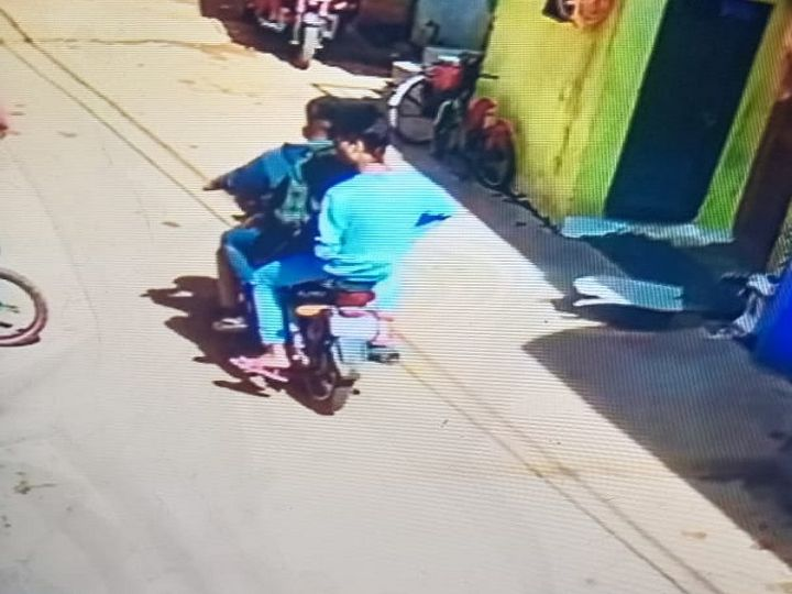 तस्वीर रायपुर उन्हीं युवकों की है जो बुजुर्ग को मारकर भाग खड़े हुए। पुलिस को अब इन तीनों की तलाश है। - Dainik Bhaskar