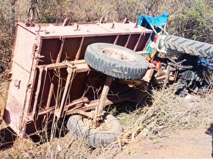 बाइक को बचाने के चक्कर में ट्रॉली कंटीली झाड़ियों में पलट गई। - Dainik Bhaskar