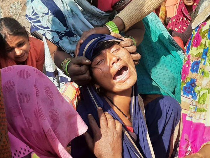 सामरी गांव में अब तक 7 लोगों की मौत हो चुकी है। इसमें गांव के वासुदेव भी था। इसकी  मौत के बाद विलखती पत्नि। - Dainik Bhaskar