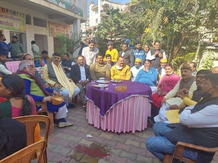 प्रदेश कांग्रेस कार्यालय पर आयोजित दही-चूड़ा भोज में उपस्थित कांग्रेस के नेता। - Dainik Bhaskar