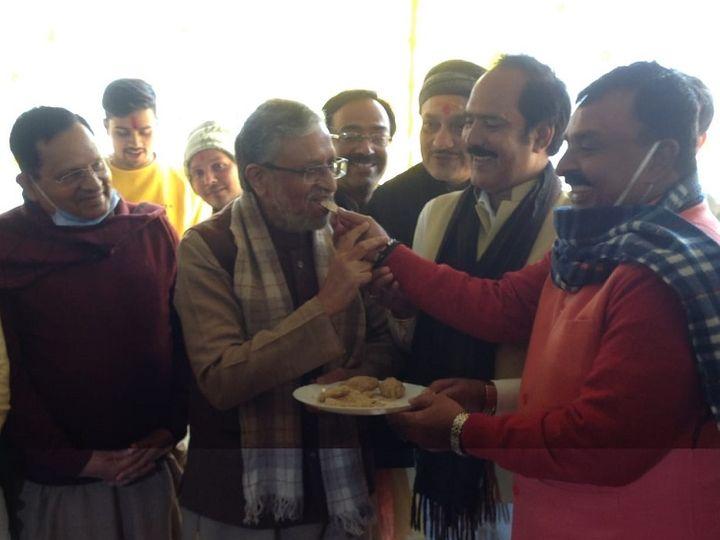 पूर्व मंत्री जयकुमार सिंह के भोज में शामिल हुए सुशील मोदी। - Dainik Bhaskar