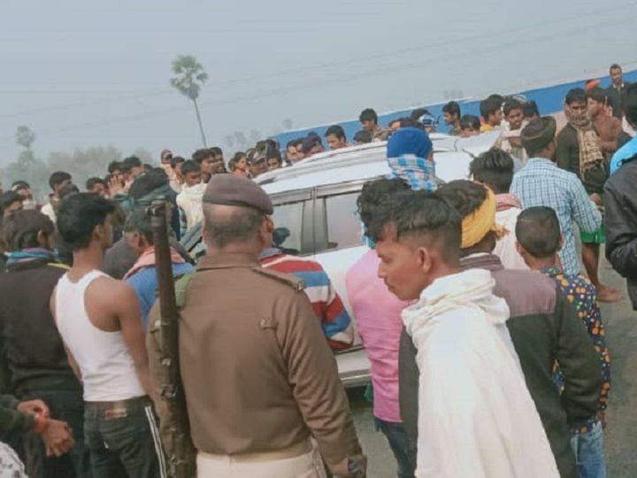 घटनास्थल पर जुटी स्थानीय लोगों की भीड़। - Dainik Bhaskar