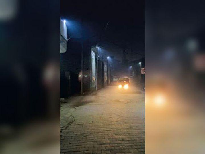 असंध रोड एसोसिएशन की ओर से खुद असंध रोड पर लगवाई गई स्ट्रीट लाइट। - Dainik Bhaskar