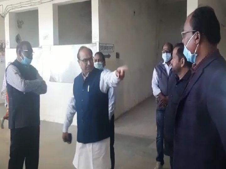 तस्वीर जशपुर के कांग्रेस नेता पवन अग्रवाल की है। कोरोना काल में काम करने वाले डॉक्टर्स के साथ वो इस अंदाज में बात करते दिखे। - Dainik Bhaskar