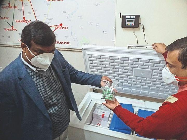 कोरोना वैक्सीन के साथ सीएमओ और नोडल अधिकारी। - Dainik Bhaskar