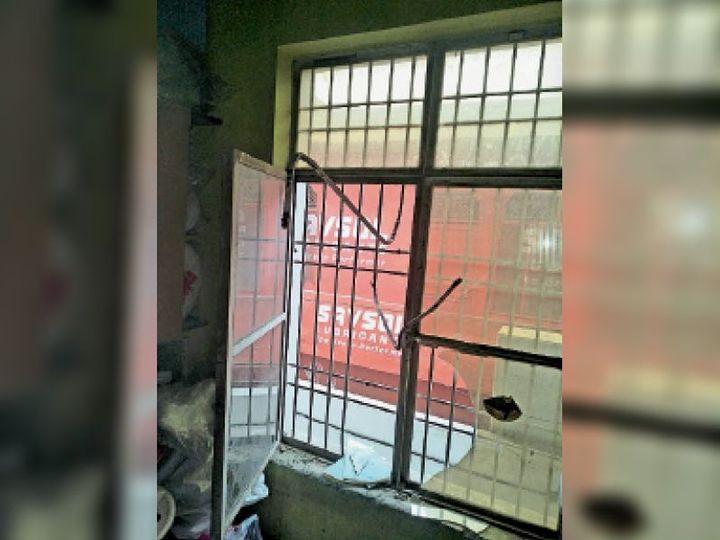 पानीपत. असंध रोड पुल के नीचे चोरी के लिए तोड़ी गई खिड़की। - Dainik Bhaskar
