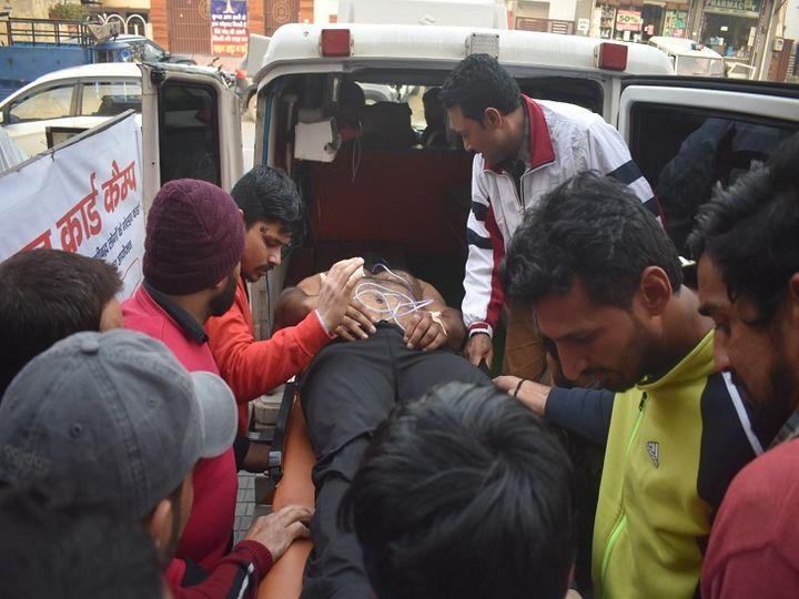 गोली लगने से घायल अरुण को ले जाते स्वास्थ्य कर्मी। - Dainik Bhaskar