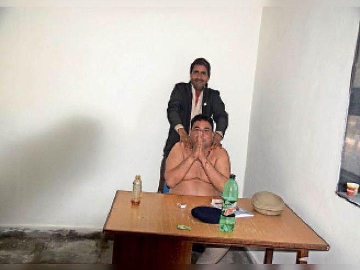 फोटो खिंची तो सिपाही बोला-माफ कर दो! मेरी कमर में दर्द है - Dainik Bhaskar