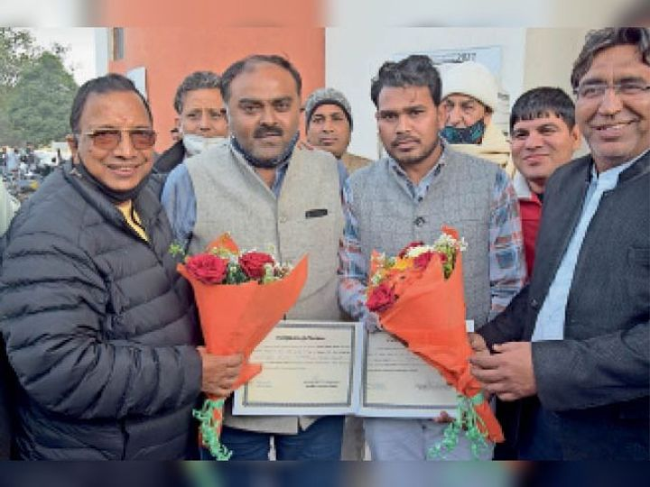 दुष्यंत भट्ट और रविंद्र को विधायक विज व अन्य ने फूल भेंट कर शुभकामनाएं दी। - Dainik Bhaskar