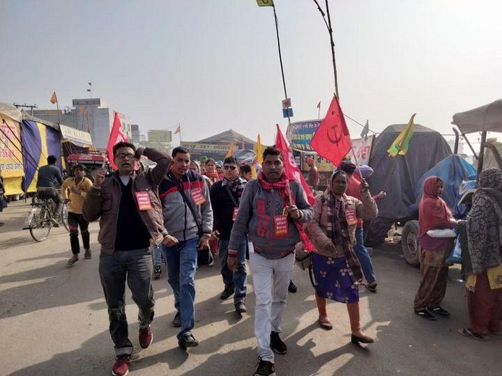 छत्तीसगढ़ किसान मजदूर महासंघ में शामिल संगठनों के किसान पिछले कई दिनों से दिल्ली के सिंघु बार्डर पर चल रहे आंदोलन में शामिल हैं। आज छत्तीसगढ़ के किसानों ने वहां रैली निकालकर कृषि कानूनों का विरोध किया। - Dainik Bhaskar