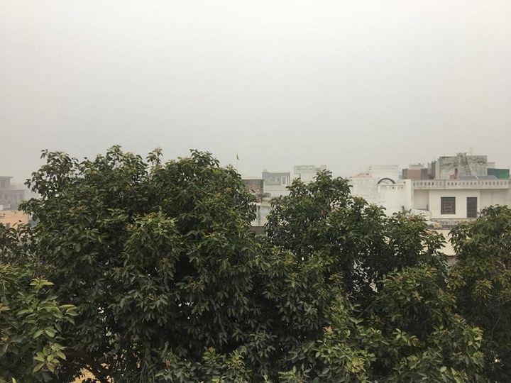 बुधवार सुबह आसमान में बादल छाएरहे। - Dainik Bhaskar