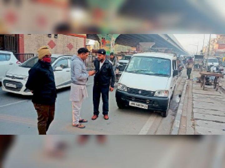 पानीपत. संजय चौक के पास सवारियां भरने को लेकर किसी के फोन नंबर पर बात करने के लिए ट्रैफिक पुलिस से कहता ड्राइवर। पुलिसकर्मी ने बात करने से मना कर दिया। - Dainik Bhaskar