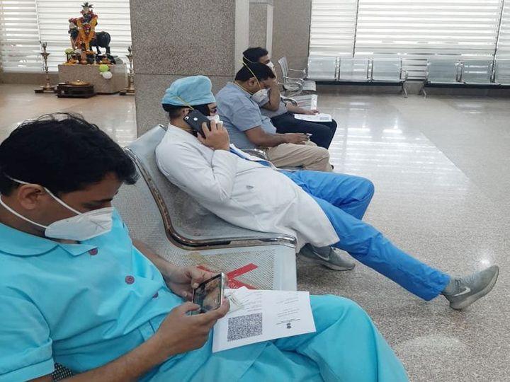 बॉम्बे अस्पताल में एक के स्थान पर अब दो सेंटर बनाकर टीका लगाया जा रहा है। - Dainik Bhaskar