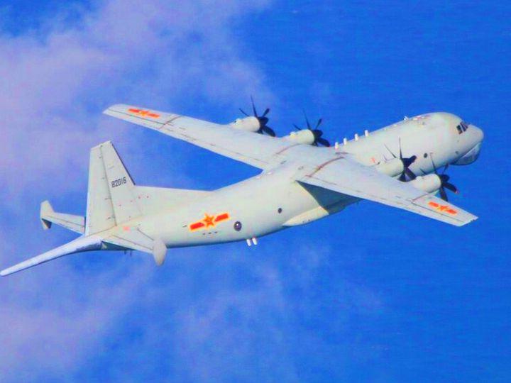 फोटो पिछले साल नवंबर की है। तब चीन के एंटी सबमरीन एयरक्राफ्ट ने ताइवान के एयर स्पेस में उड़ान भरी थी। इसके बाद अमेरिका ने यहां अपने फाइटर जेट्स भेज दिए थे। - Dainik Bhaskar