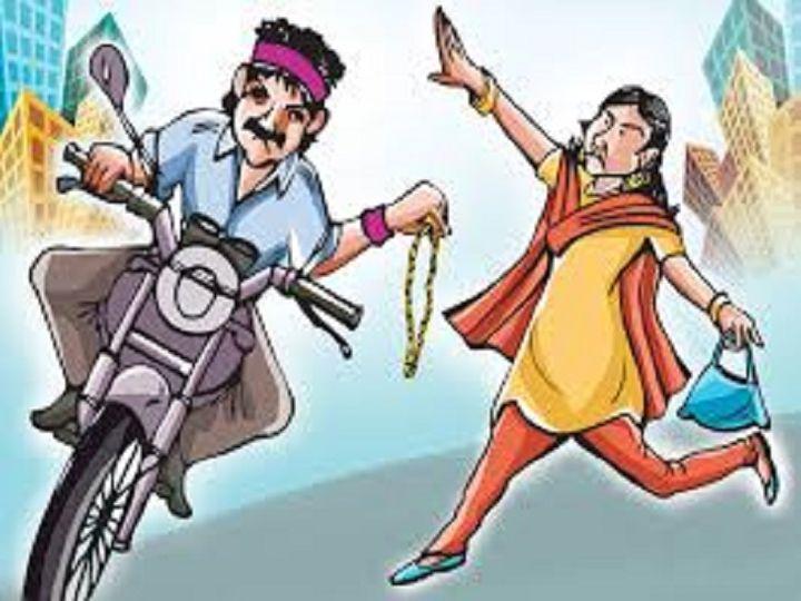 घर के बाहर खड़ी महिला से बाइक सवार बदमाश बाली झपटकरभाग गया। - Dainik Bhaskar